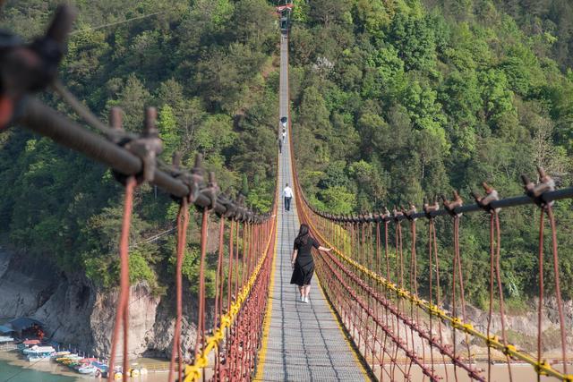 第三站来到的白鹤山庄拥有目前全国最长的步行铁索桥,横跨在浙江泰顺
