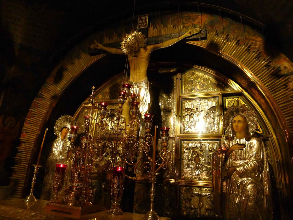 一个祭坛,上方是耶稣被钉在十字架上的模型.