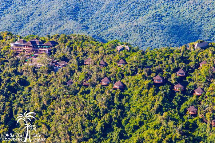 是世界顶级森林度假村,位于亚龙湾热带天堂森林公园内,度假村伴山面海
