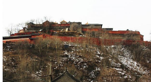 广化寺的二道门景色. 山风景名胜区登高,远处五台山的景色.
