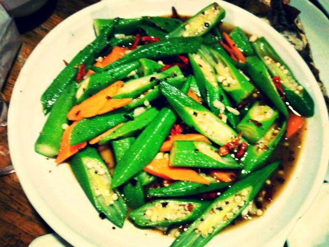 滚刀切法,一剖为二,配以胡萝卜条及青红辣椒