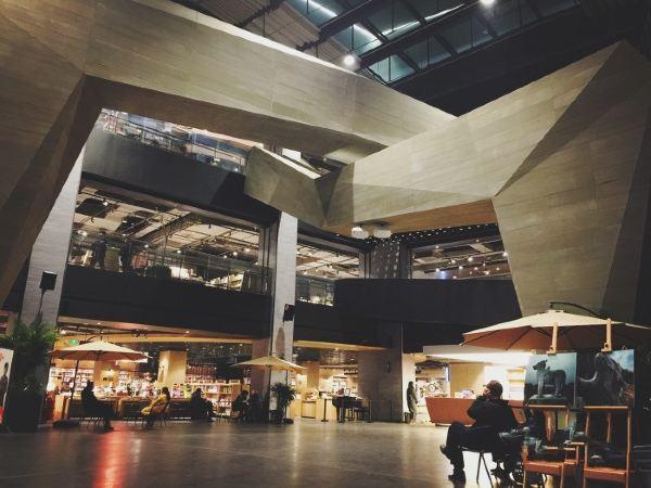 大厅以抽象创意的空间设计为特色,巨大的折纸天桥-时光廊桥给读者进行