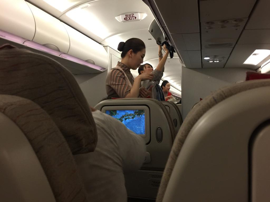 韩亚航空空姐_           韩亚航空飞机上,空姐