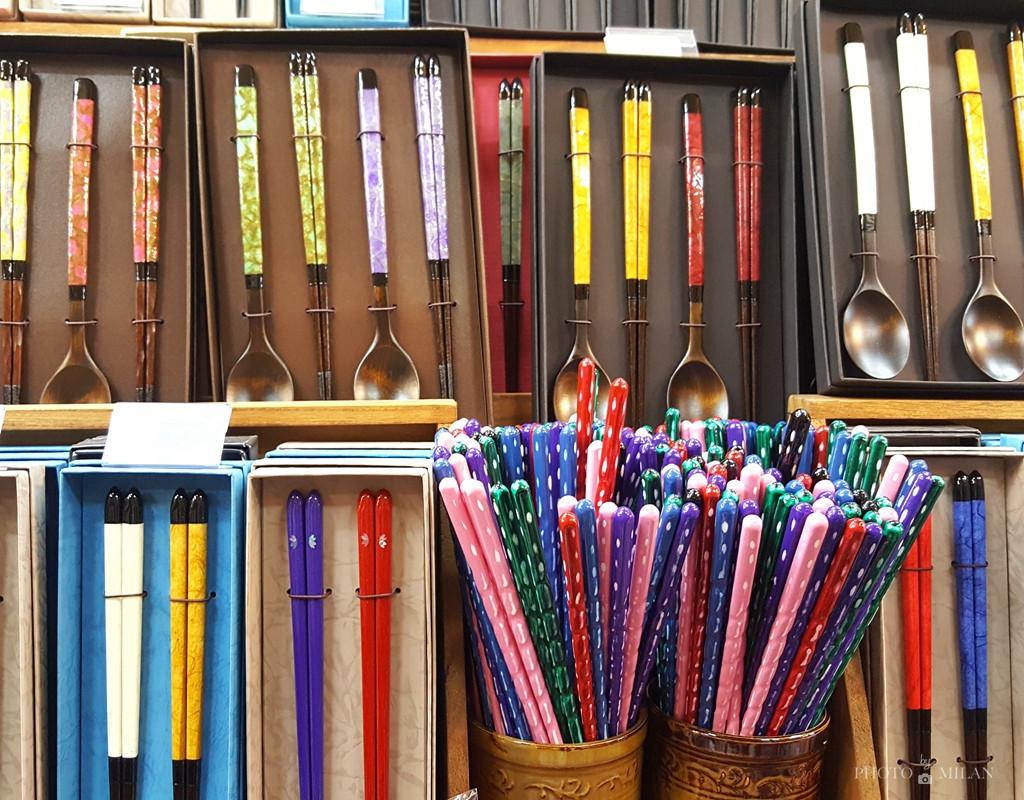 釜山手工筷子,檀木制作的筷子勺子,上面镶有彩色烤漆花纹,五颜六色