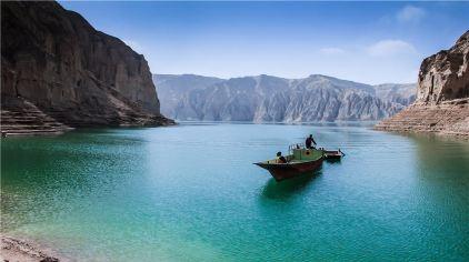 龙羊峡生态旅游景区位于青海省海南州境内,沿黄河河道西自黄河上