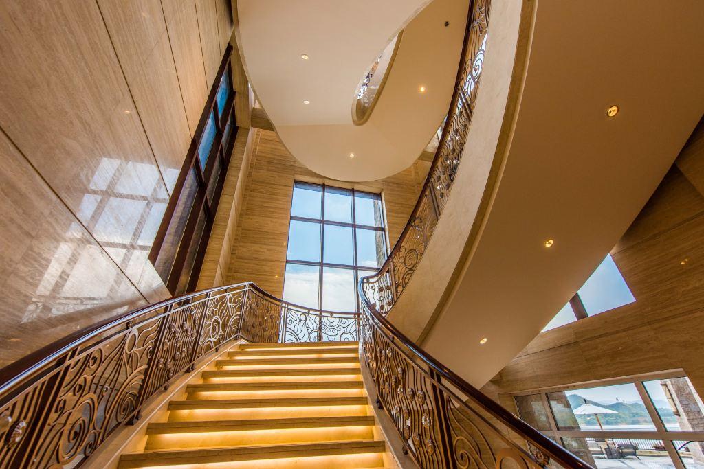 欧式宫廷风格的弧形楼梯