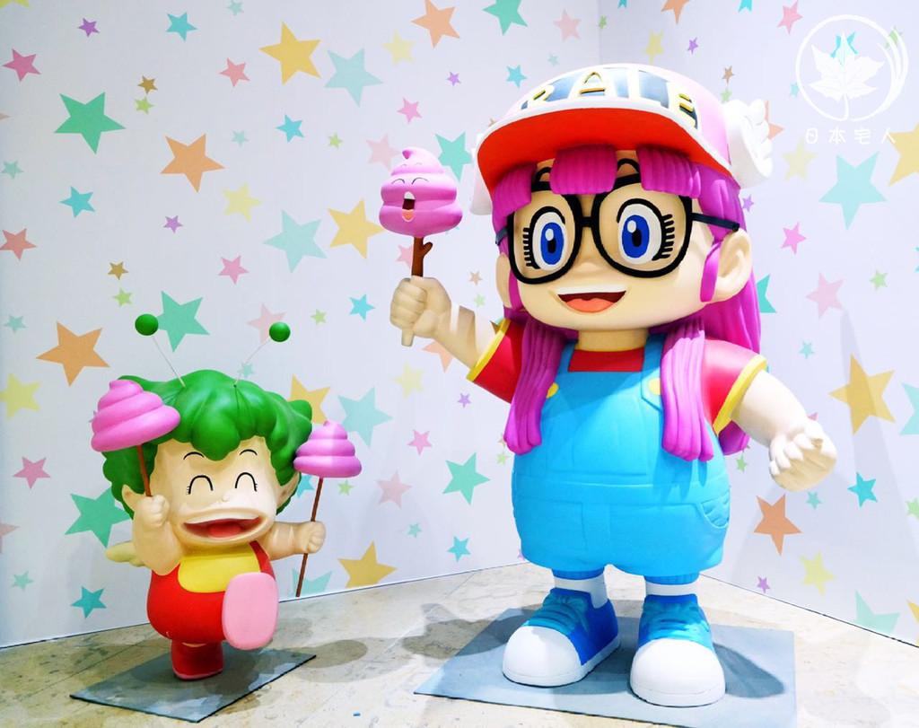HO-YO-YO~小伙伴们,你们还记得童年回忆当中那个活泼可爱,最喜欢戳便便的机器人小女孩,阿拉蕾吗?Linglin小时候可是非常喜欢阿拉蕾的动画片的哦!虽然现在的小朋友可能不太清楚阿拉蕾的故事情节,但是萌萌的大眼镜,带着小翅膀的棒球帽和背带裤的造型一定不会陌生的!许多粑粑麻麻还会把自己的萌娃打扮成阿拉蕾的样子~现在带着萌娃一起重温童年记忆,顺便也和萌娃一起创造新的美好回忆的时候到啦!
