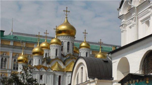 进塔楼右手侧围墙的不远处,黄色建筑之间,有个粉红色的圣救世主教堂,顶子上有4个金色蘑菇头,3个在前1个在后。 我们的右前方是赫鲁晓夫时期建造的长方体大厦---克里姆林宫大会堂。礼堂总建筑面积60万平方米,四面墙壁竖着一根根灰白色乌拉尔大理石柱,柱间镶嵌玻璃。里面有800 套房间,有一个6000个座位的会议厅,以主席台为中心呈半圆型向外辐射。每个坐席配有电子投票和同声传译系统。主席台即舞台面积为450平方米,灯光、音响、布景等设施一应俱全,还有能容纳一个交响乐团的乐池。环绕剧院的是明亮宽敞的休息大厅。 大