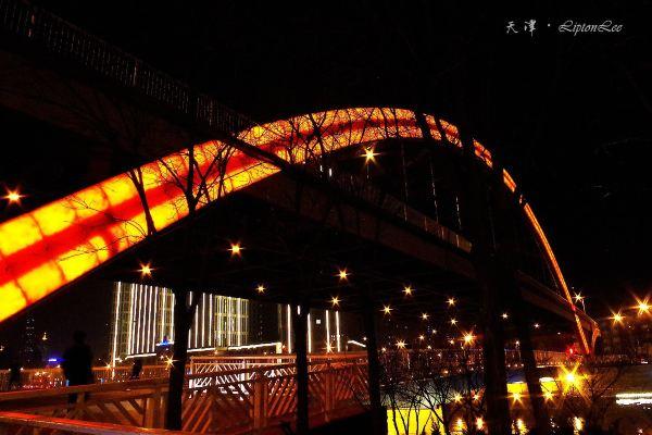 拱形钢结构桥夜景图