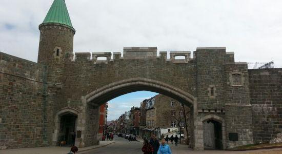 """商家回复:看了您的点评感觉很遗憾,魁北克古城2006年被联合国教科文组织定为世界文化遗产古城,上城的古堡前有碑为证。古城也是加拿大的发源地。是什么驱使您和青岛做比较呢?古城的游览都是用步行的您坐这800路是要去哪里?您确认您游览的是古城?至于您做的价格比较又是很难让人理解,一份冷饮比国内贵就""""什么都贵了""""。""""其他高于纽约"""",您真的就敢这么肯定?"""