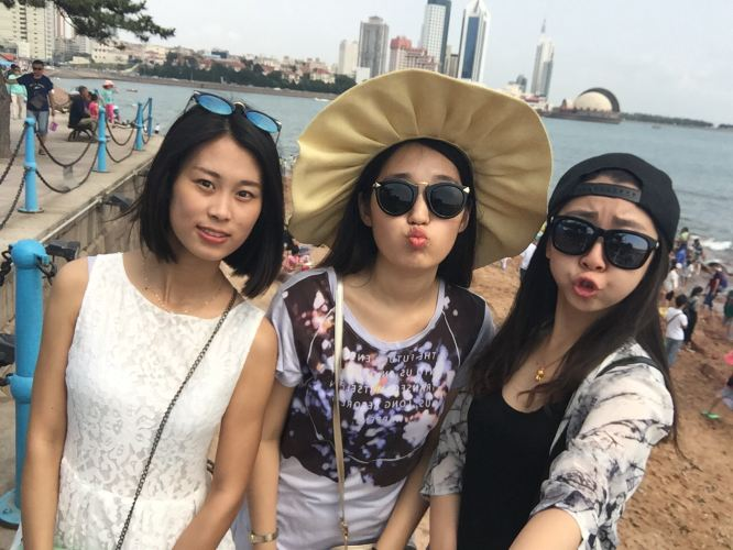 三人成闺蜜_终于到了青岛~7号一大早就去了栈桥 尽管是周一 也好多人~~~闺蜜三人