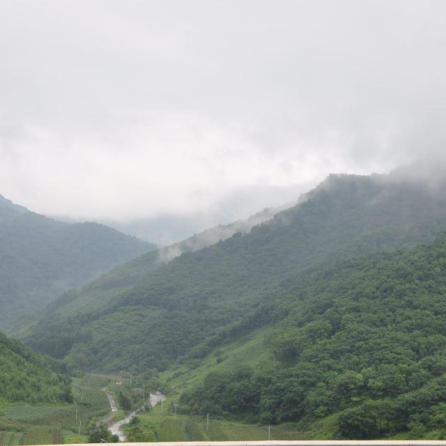 从鹤大高速观景台看五女峰