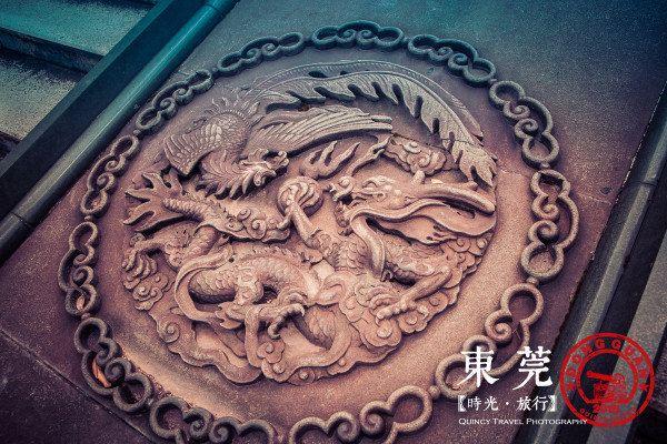 东莞市区内最著名的古迹当属位列广东四大名园之一的可园。可园位于莞城区政府附近,交通非常方便,有多辆公交可以抵达。虽然身处闹市,但庭院深深,乱中取静。建筑也保存完好。 中国古代园林体系主要有三种:以颐和园为代表的北京皇家园林,以拙政园为代表的江南园林体系,以及以可园为代表的岭南园林。岭南园林不像北方皇家园林那样动辄上千亩的大兴土木,也不像江南园林那样小巧精致,却巧妙利用了岭南的气候特点和地理风貌,独树一帜,自成体系。 岭南园林以地理意义上划分主要是指广东、广西、海南、福建和台湾的园林。多以明清时代的私家园林