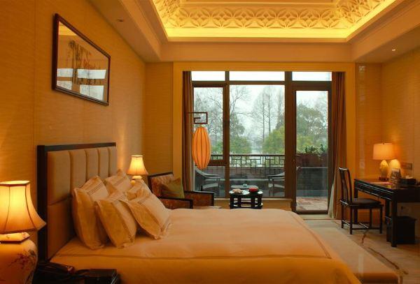 客房设计采用典雅的新中式风格,细节处理上借鉴中国水墨意境,将不同