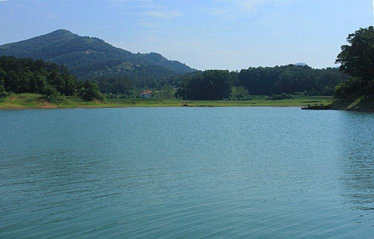 """薄山湖风景名胜区西北紧邻素有""""小延安""""之称的竹沟革命根据地,南连"""""""