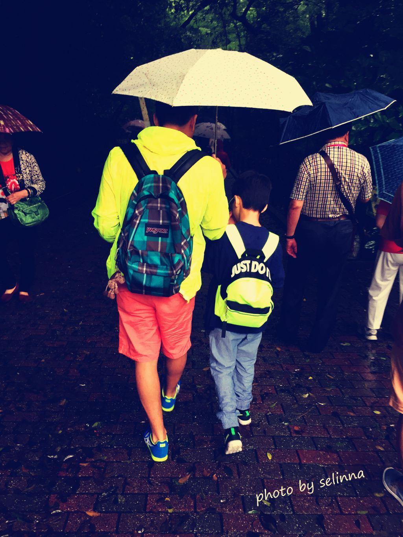 父子俩的背影,大雨使得我们三人跑鞋全部湿透