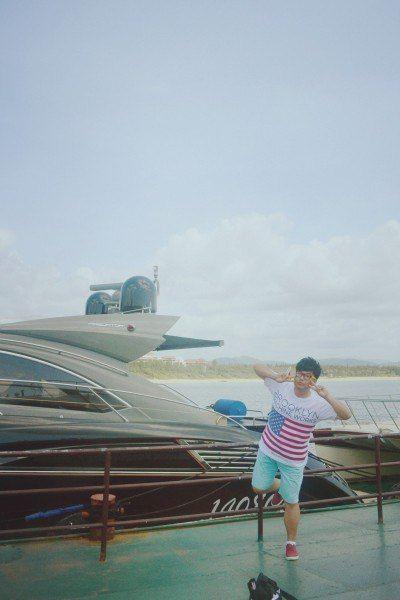 蜈支洲岛我们得先坐船再到蜈支洲岛去游览,当天也是太阳大大,热的要
