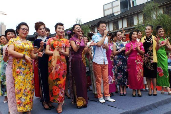 jojo表示穿旗袍有很多的礼仪站姿坐姿走姿都很重要相关培训将会