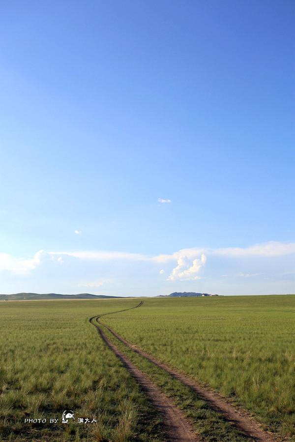 国门 东乌珠穆沁旗 从嘎达布其口岸出来一路狂奔回东乌旗,这段路依旧限速100,但全程基本无车的情况我们还是平均140的奔回(请小盆友在家长的陪伴下观看此段)。 进了东乌旗,打开导航查看去阿尔山的路线,导航显示406km,约10小时,心想这三天来一直是140~150的跑,这个距离5小时怎么也到了,果断上路,是时中午12点。 巴彦霍布尔 - 阿尔山市 出东乌旗沿S101省道一个小时就到了巴彦霍布尔,从这里转S303省道。 但是,从此,噩梦开始了。 S303在巴彦霍布尔到阿尔山这段的路完全可以用极品来形容,由于
