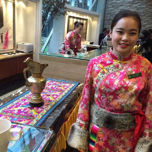 九寨沟 进入大堂,美丽的藏族姑娘送上洁白的哈达,扎西德勒!