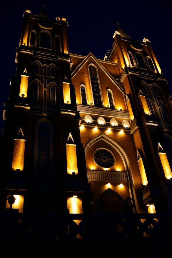 在鹰山大教堂的平台拍摄满洲里夜景.