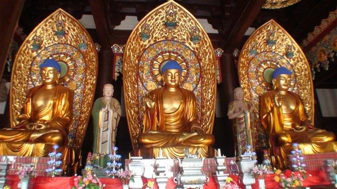 陀佛和药师佛三尊金佛像,均为结趺跏坐,这是佛说法相.趺跏(读