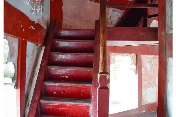 踏着木结构的楼梯一步步地向高处迈进