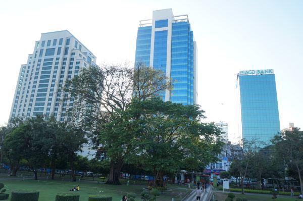 中心公园内除了喷泉还有一座高耸入云的独立纪念碑