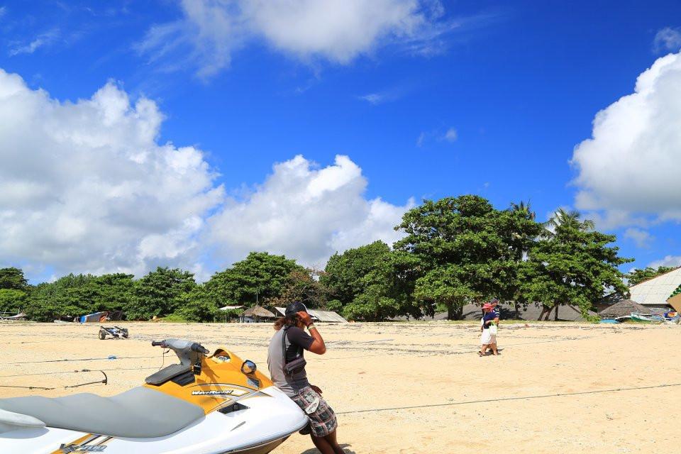 前往海龟岛,在岛上与大海龟,大蟒蛇,大蜥蜴拍照留念.