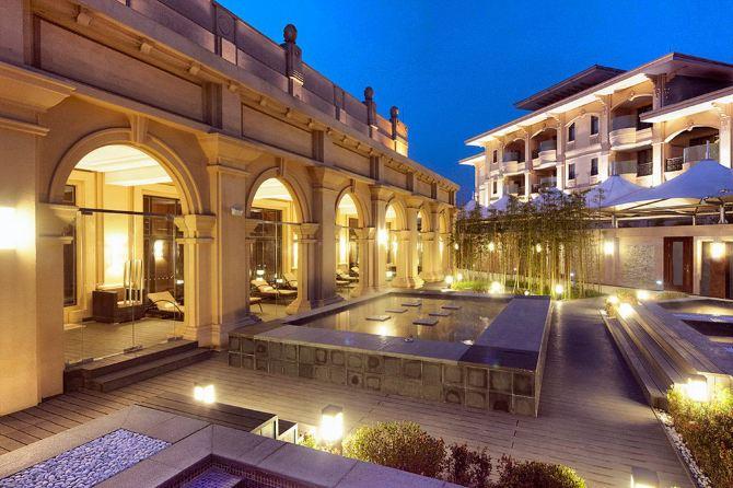 梦幻城堡 酒店周边都是别墅,从外观上看很是气派,欧式建筑群.