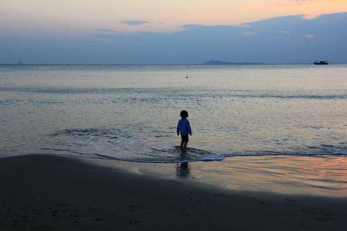 在海边嬉戏的小孩
