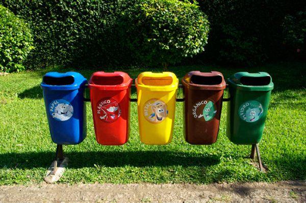 五颜六色的垃圾桶,上面的卡通人物好可爱啊