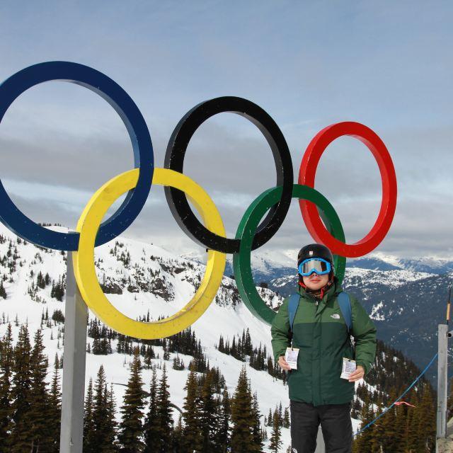 外面的五环和加拿大国旗,大家都争相和他们拍照,在白雪皑皑的山顶映衬
