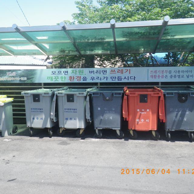 民宿对面的分类垃圾桶