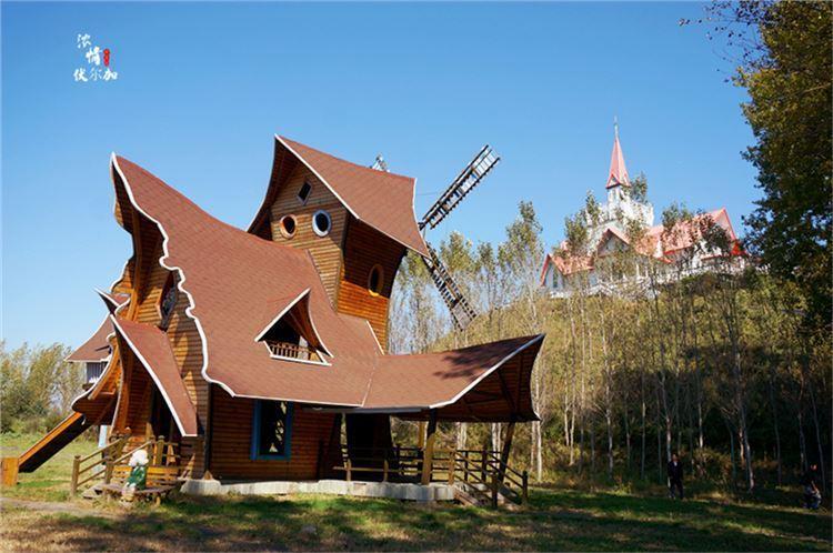 走过爱神雕塑园,来到美丽的小白桦餐厅,这个餐厅很特别,是俄罗斯著名