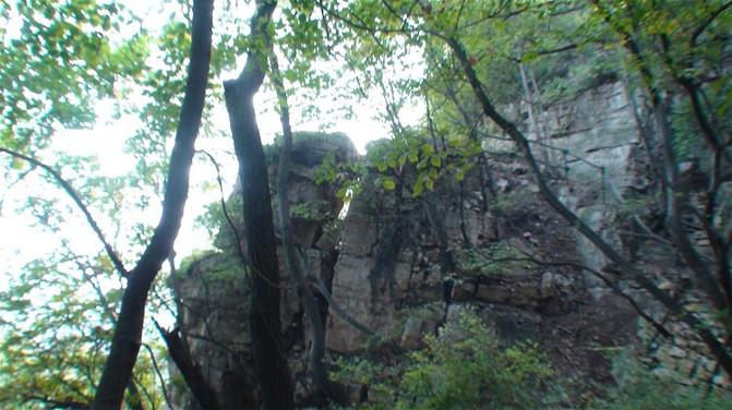 """往下走,到了""""羚羊洞"""".山壁间有个浅浅的小山洞,好像只有羚羊才高清图片"""
