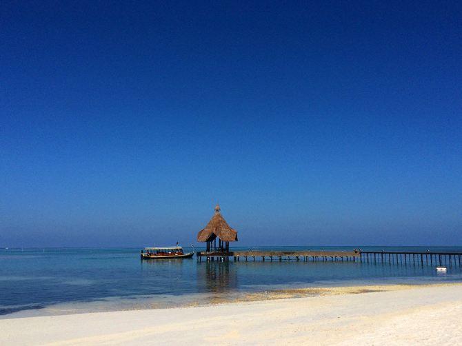 吃过早餐,我们就奔向大海啦~蓝天~白云~蔚蓝的大海~白砂糖般的砂子