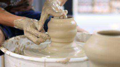 主要服务内容有:拉坯,捏塑,陶坯彩绘(釉上彩)等系列陶艺diy制作,以及图片