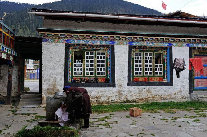 很多人都说,去西藏,来一场说走就走的旅行。但在我看来,去西藏就像一场婚姻,需要深思熟虑后才能做决定,草率不得。我三年前就有了进藏的想法,但是由于诸多因素的羁绊,直到今年才真正成行。而且,最初的设想是3月进藏,去林芝看桃花,结果一拖就拖到了10月。 去之前,先后约了好二位好友,开始大家都是一拍即合,感觉恨不得第二天就要走的样子。可是真的到了要走的时候,却还是有朋友因为这样那样的原因打了退堂鼓,一位小伙是老婆不让去,一位姑娘则是工作走不开,甚至损失了1500的机票钱(打折机票,退款很少)也没能成行,真的非常