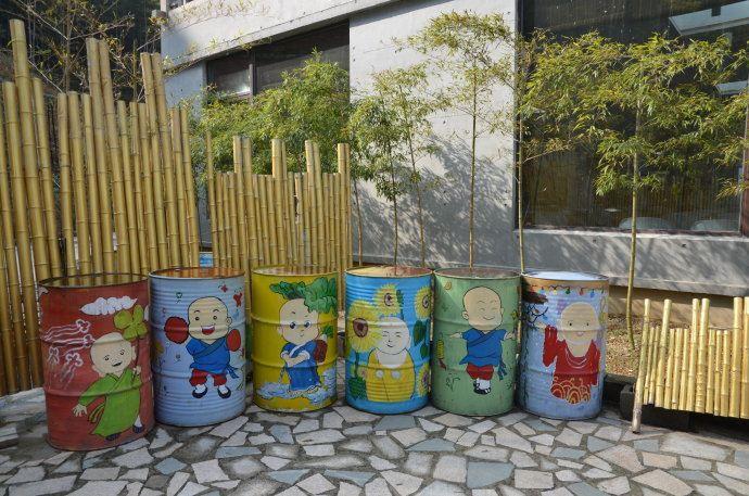 可爱的大铁桶上都画着萌哒哒的小和尚