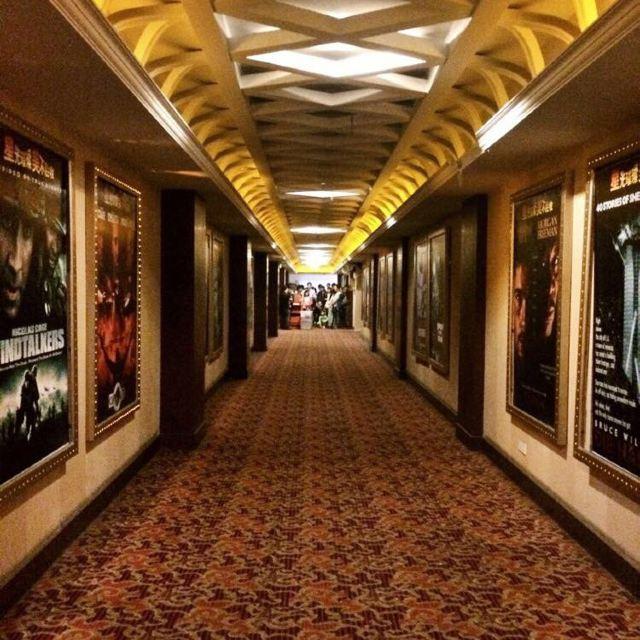 星美电影院的走廊,两边是经典电影海报,很有怀旧的感觉.