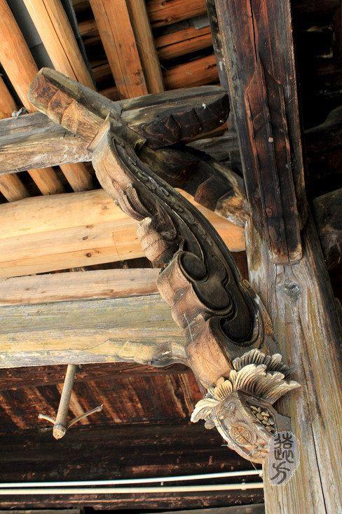 此屋以木雕见长,内容多以山水花木,飞禽走兽,人物故事为主,门窗,屏风