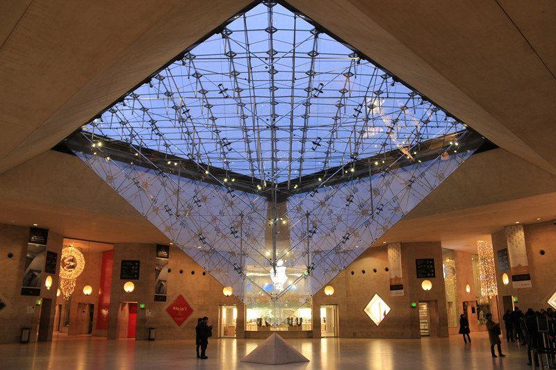 """卢浮宫""""玻璃金字塔"""""""