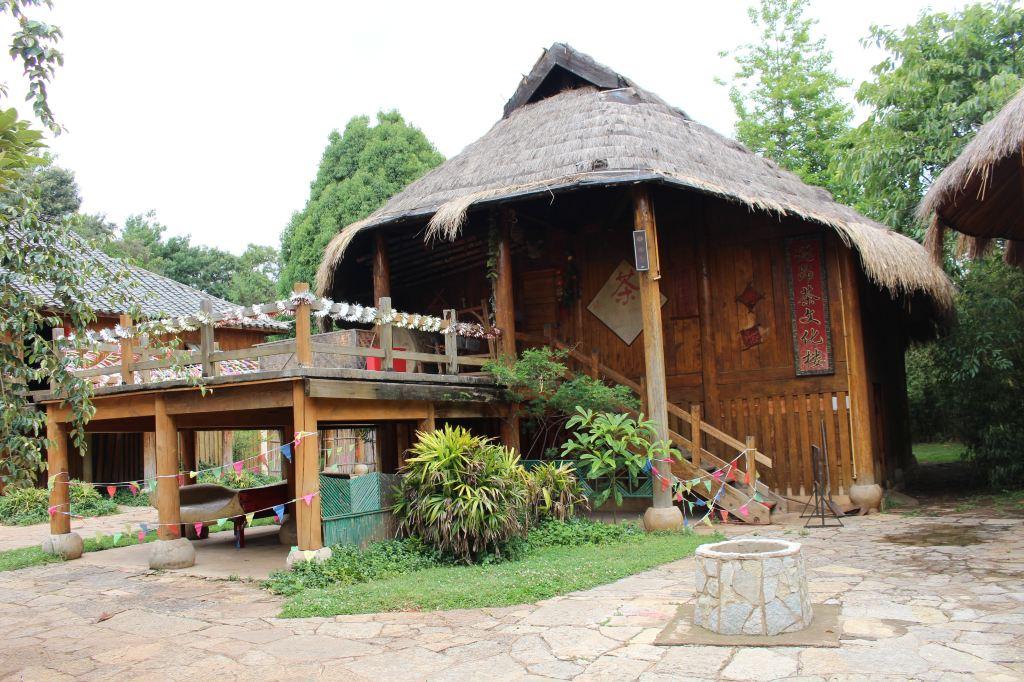 这才进入云南民族村的东门,第一个寨子是景颇族