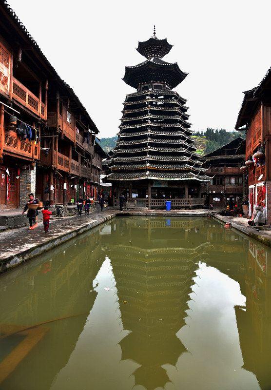 塔楼系13层木结构,瓦顶为重檐式古建筑