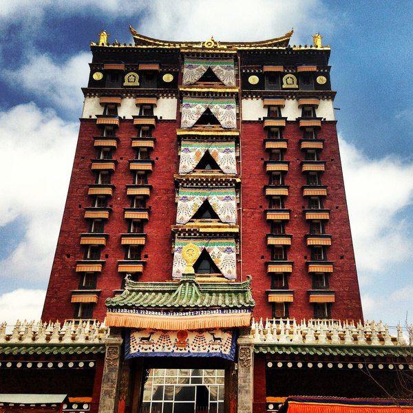 位于甘南首府合作市,全藏区唯一的一座供奉藏传佛教各派宗师的高层