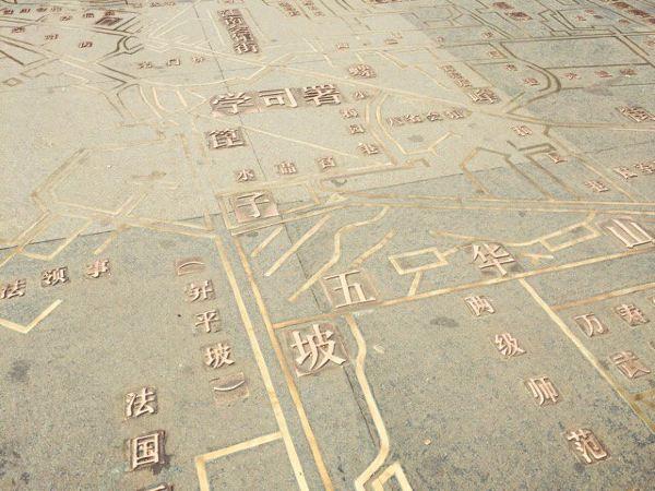 看看广场上老昆明的地图,很有时代感.