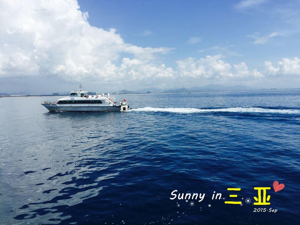 从码头坐船到蜈支洲岛,大概20-30分钟,一路上都是湛蓝的天空,深蓝的