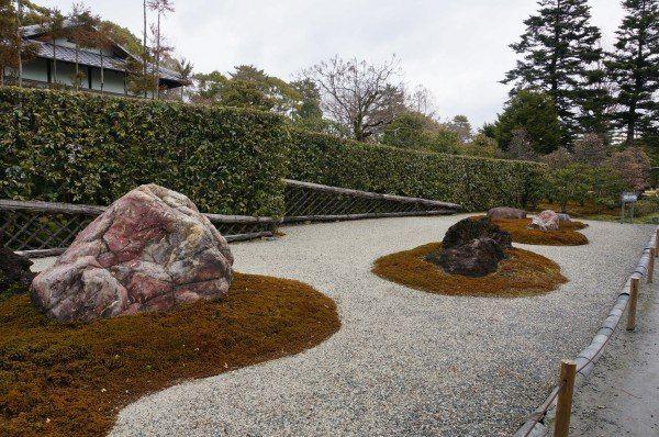枯山水是源于日本本土的缩微式园林景观,多见于小巧,静谧,深邃的禅宗