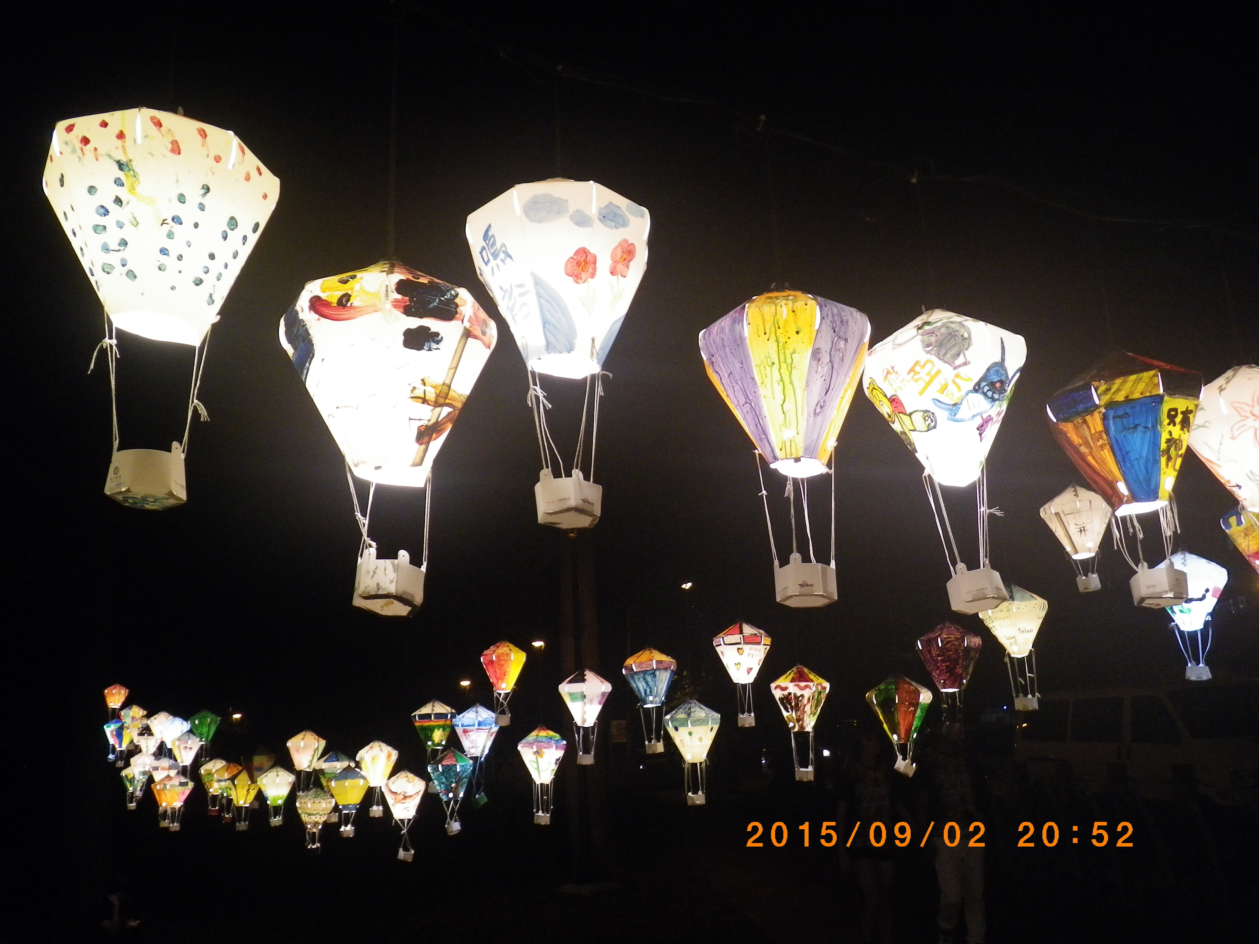 铁花村有纸糊的热气球展示,很上照.